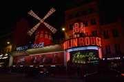 Moulin Rouge er neste stoppested for de andre tre, men siden det er fotoforbud der inne står jeg utenfor og venter. Men så viser det seg at det holder på i to timer til med kabaret så jeg går og legger meg