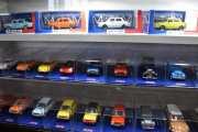 Selvfølgelig stod ikke 1/87 skala bilene fremme, jeg måtte spørre, så noen steder kom de frem med kassene hvis de hadde