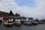 Jeg ser antydning til blå himmel og hvis vi teller disse Renault-ene kommer jeg til minst 12 biler allerede