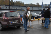 Legg merke til konsentrasjonen når man flytter på en Renaultskilt til minst 6000 kroner, det gjøres med andakt