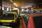 Så den andre siden, der står det forresten en hvit Renault 5 også med en kar bak