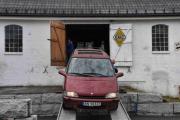 Ikke før jeg har gått ut så rygger det inn en Renault Espace, antageligvis en 1997 modell