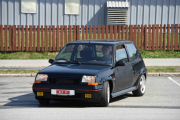 Her kommer det en bil til, det må da være en Renault 5 som akkurat har kommet på veien. Den har jo prøveskilt på
