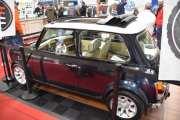 Retromobile 2020 - Morris Mini med soltak, det er trangt her