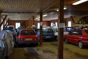 Vi tar en titt inne på låven og her står det mange biler allerede, alle er faktisk ikke Renault