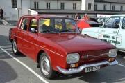 Renault - fargen rød - blankpolert, men er det en Renault 8 eller 10 folkens? Tips, se på panseret!