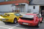 Når vi ser disse bilene forfra er de veldig like, men bakfra er de veldig forskjellige