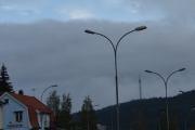 Nå har vi kjørt Trondheimsveien oppover og ser Røverkollen i det fjerne, du ser en fugl over lysmasten også, kanskje en ørn. TV-masta kaller vi by-gutta denne som står på Røverkollen