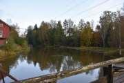 Når vi kikker oppover så ser vi dammen, ovenfor Rotnes kan du fiske Ørret, men da må du opp mot Hakadal