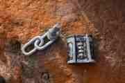 Og til han som har glemt å smekke igjen låsen på kjettingen, på plassen bortenfor, koden på låsen er 2804