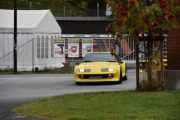 Men her dukker det opp et par gule biler av typen Renault, det er unge spreke karer som kjører disse