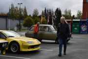 Men nå blir jeg litt skjelven, ikke av han som kommer foran, men han som står bak og ser på Renault 6