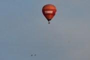 Morten 14 august 2019 - Luftballong over Høyenhall, går nesten to måneder så ser vi luftballongen igjen. Men nå tar vi den sammen med to fugler som flyr forbi. Tror det er ender her
