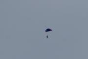 Morten 2 juli 2020 - 3 i fallskjerm over Oslo, dem svinger seg godt mens de daler nedover