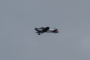 Morten 8 august 2021 - Van's Aircraft over Høyenhall, den har to striper, øverst en rød og under en blå