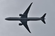 Morten 28 august 2020 - A7-BAZ over Høyenhall, det er et Boeing 777-3DZ(ER) som Qatar Airways eier