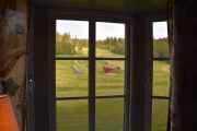 Fredag - Vi kommer inn på rommet vårt og det første jeg legger merke til er at vi har vindu mot den andre siden