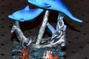 To Delfiner rundt et anker